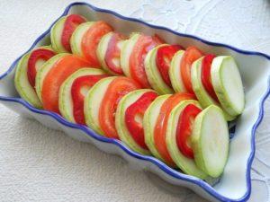 kabachki-v-duxovke-s-pomidorami-i-syrom